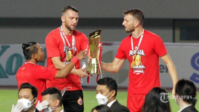 Pemain Persija Jakarta merayakan kemenangan dalam turnamen pramusim Piala Menpora 2021 di Stadion Manahan, Solo, Minggu (25/4/2021). Persija keluar sebagai juara setelah mengalahkan Persib Bandung dengan skor akhir 2-1. TRIBUNNEWS.COM/MUHAMMAD NURSINA