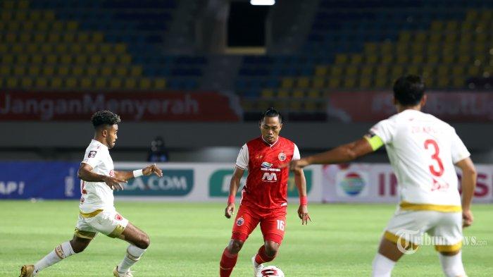 Pemain Persija Jakarta saat berebut bola dengan pemain PSM Makasar pada laga kedua semi final piala Menpora di Stadion Manahan Solo, Jawa Tengah, Minggu (18/4/2021). Persija Jakarta melaju kefinal usai mengalahkan PSM Makasar dengan skor 4-3 pada adu penalti. Tribunnews/Jeprima