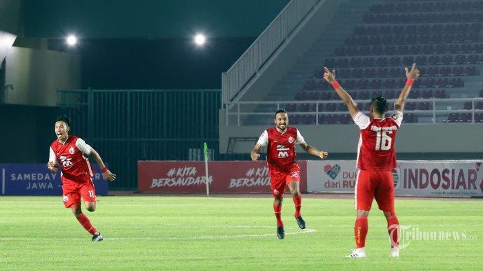 Selebrasi Pemain Persija Jakarta usai berhasil mengalahkan PSM Makasar pada laga kedua semi final piala Menpora di Stadion Manahan Solo, Jawa Tengah, Minggu (18/4/2021). Persija Jakarta melaju kefinal usai mengalahkan PSM Makasar dengan skor 4-3 pada adu penalti.