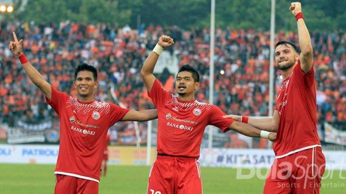 Tiga pemain Persija Jakarta (kiri-kanan): Sandi Darma Suthe, Bambang Pamungkas, dan Marko Simic merayakan kemenangan mereka atas Mitra Kukar pada babak perempat final Piala Presiden 2018 di Stadion Manahan, Solo, Jawa Tengah, Minggu (4/2/2018) sore.