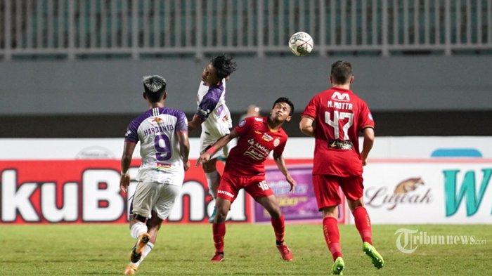 Pesepak bola Persija Jakarta (jersey merah) berebut bola atas dengan pesepak bola Persita Tangerang (jersey putih) pada laga lanjutan BRI Liga 1 2021-2022 di Stadion Pakansari, Cibinong, Kabupaten Bogor, Jawa Barat, Selasa (28/9/2021) malam. Pada pertandingan tersebut kedua tim bermain imbang 1-1 (1-1). Tribunnews/Herudin