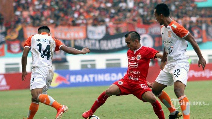 Pemain Persija Jakarta Riko Simanjuntak berduel dengan pemain Borneo FC dalam pertandingan Leg 1 Semifinal Piala Indonesia, di Stadion Wibawa Mukti, Cikarang, Jabar, Sabtu (29/6/2019). Persija berhasil mengalahkan tamunya Borneo FC 2-1. WARTA KOTA/FERI SETIAWAN