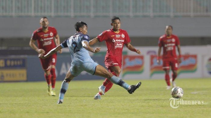 Pemain Persija Jakarta, berebut bola dengan pemain Persela Lamongan pada lanjutan Liga 1 di Stadion Pakan Sari, Bogor, Jawa Barat, Jumat (24/9/2021). Pertandingan tersebut berakhir dengan skor 2-1 untuk kemenangan Persija. Warta Kota/Angga Bhagya Nugraha