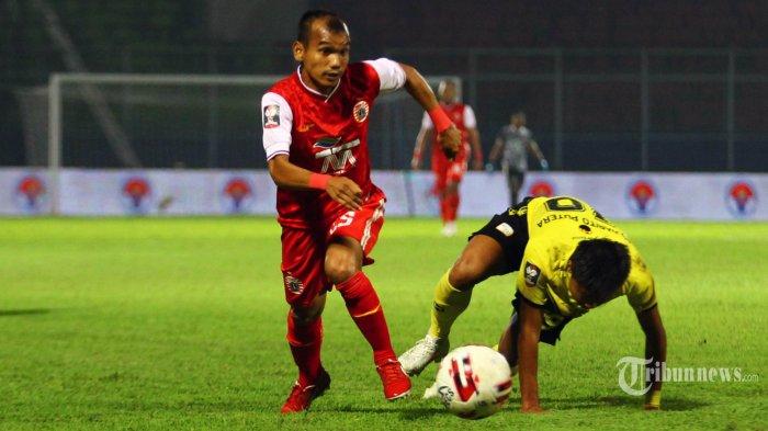 Gelandang Persija Jakarta, Riko Simanjuntak  berebut bola dengan bek Barito Putera, Rifky dalam perempat final Piala Menpora di Stadion Kanjuruhan Kepanjen, Kabupaten Malang, Sabtu (10/4/2021). Persija Jakarta berhasil melaju ke semi final Piala Menpora 2021 usai mengalahkan Barito Putera 1-0. SURYA/HAYU YUDHA PRABOWO