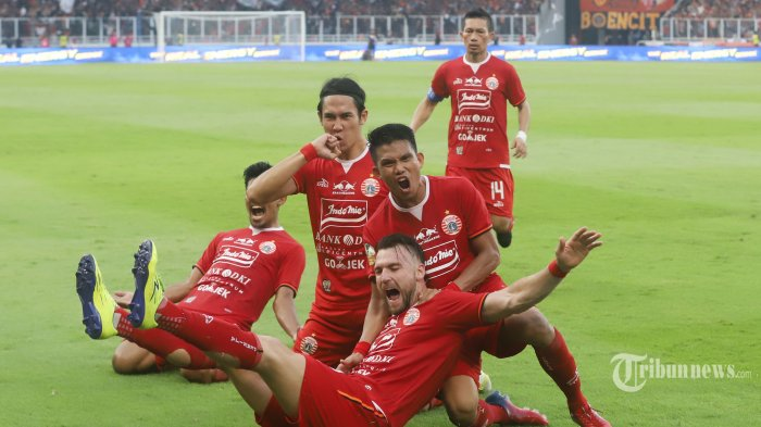 Pemain Persija Jakarta Ryuji Utomo bersama rekan satu timnya melakukan selebrasi usai mencetak gol ke gawang PSM Makasar pada laga final leg pertama Piala Indonesia 2018-2019 di Stadion Utama Gelora Bung Karno (SUGBK) Senayan, Jakarta Pusat, Minggu (21/7/2019). Bek tengah Ryuji Utomo yang memastikan kemenangan Persija Jakarta atas PSM Makasar pada leg pertama. Tim Macan Kemayoran harus menunggu hingga menit ke-87 untuk bisa mencetak gol kemenangan 1-0 dari PSM Makasar. Tribunnews/Jeprima