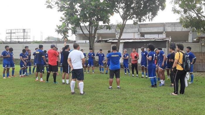 Skuat Persikota Tangerang mendengarkan pengarahan seusai latihan