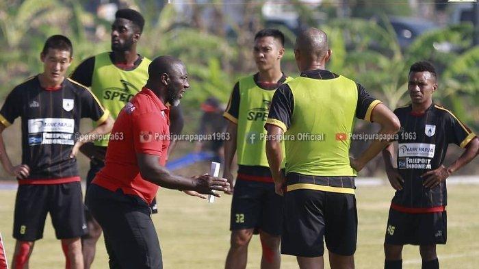 Skuat Persipura Jayapura berlatih di bawah arahan pelatih kepala Jacksen F Tiago di Lapangan UNESA, Surabaya, Kamis (25/7/2019).