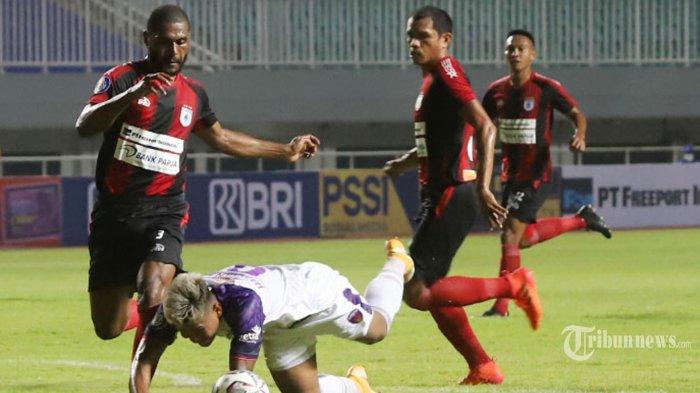 Pemain Persipura Jayapura berebut bola dengan pemain Persita Tangerang pada laga kedua BRI Liga 1 di Stadion Pakansari, Bogor, Jawa Barat, Sabtu (28/8/2021). Skor sementara pada babak pertama persipura kalah 1-2 dari Persita Tangerang. Tribunnews/Jeprima