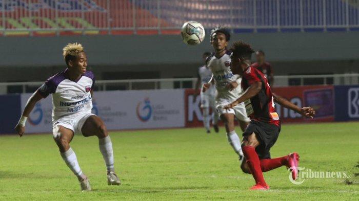 Pemain Persipura Jayapura berebut bola dengan pemain Persita Tangerang pada laga kedua BRI Liga 1 di Stadion Pakansari, Bogor, Jawa Barat, Sabtu (28/8/2021). Persita meraih poin 3 setelah berhasil mengalahkan Persipura dengan skor 1-2. Tribunnews/Jeprima