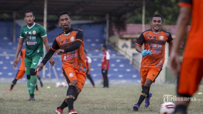 LATIHAN PERDANA PERSIRAJA BANDA ACEH- Pemain persiraja Banda Aceh saat melaksanakan latihan perdana di  Stadion H. Dimurthala Lampineung Banda Aceh, Kamis (20/8/2020). Lantak laju memulai latihan, setelah sekitar lima bulan libur akibat pandemi Covid19. Dan latihan itu untuk menghadapi lanjutan Liga 1 2020 yang akan berlangsung pada Oktober 2020. SERAMBI/HENDRI