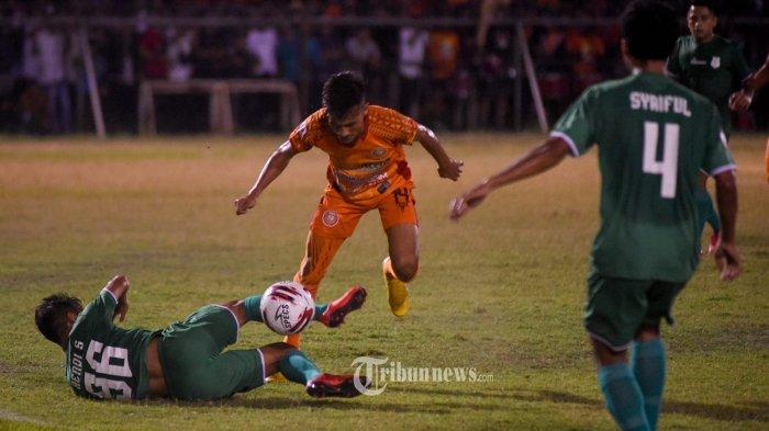 Pemain Persiraja Banda Aceh berebut bola dengan pemain PSMS Medan dalam pertandingan terakhir putaran pertama Liga 2 Musim 2019 Wilayah Barat, di Stadion H Dimurthala, Lampineueng, Banda Aceh, Rabu (14/8/2019) malam. Tuan rumah Persiraja Banda Aceh menang dengan skor 2-0. SERAMBI/M ANSHAR