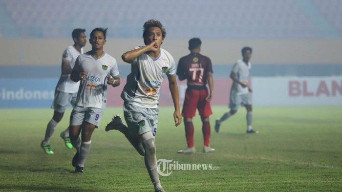 SELEBRASI - Pemain Persita Tanggerang melakukan selebrasi usai mencetak gol ke gawang Martapura FC pada laga lanjutan Liga 2 di Stadion Gelora Sriwijaya Jakabaring Palembang, Minggu (10/11/2019). Pertandingan ini dimenangkan oleh Persita Tanggerang dengan skor 3-2 (TRIBUNSUMSEL/M.A.FAJRI)