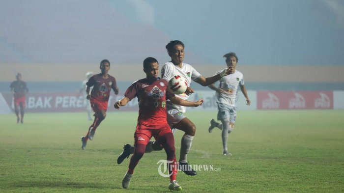 REBUT BOLA - Pemain Persita Tanggerang berebut bola dengan pemain Martapura FC pada laga lanjutan Liga 2 di Stadion Gelora Sriwijaya Jakabaring Palembang, Minggu (10/11/2019). Pertandingan ini dimenangkan oleh Persita Tanggerang dengan skor 3-2 (TRIBUNSUMSEL/M.A.FAJRI)