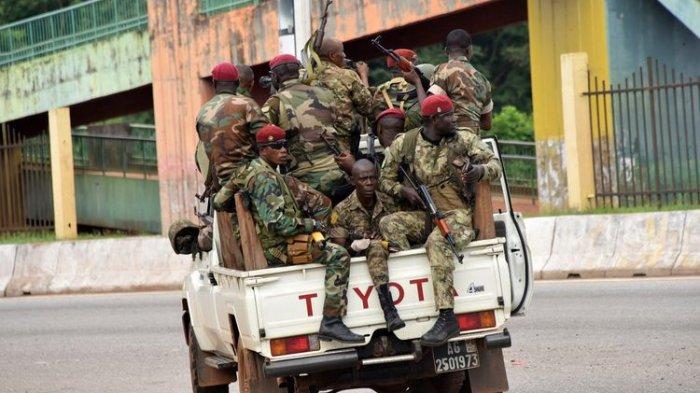 Personel angkatan bersenjata Guinea melaju menuju wilayah Kaloum di Conakry pada Minggu (5/9/2021), setelah terdengar rentetan suara tembakan. Kudeta Guinea terjadi setelah tentara pemberontak menculik Presiden Alpa Conde.(AFP PHOTO/CELLOU BINANI)