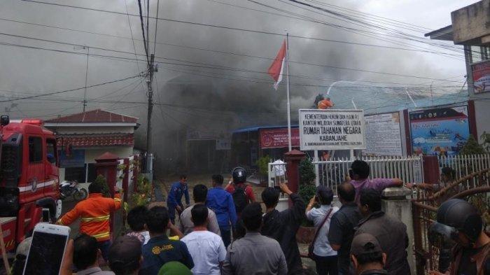 Personel pemadam kebakaran Kabupaten Karo, melakukan penyemprotan lokasi Rutan Kelas II B Kabanjahe yang terbakar, Rabu (12/2/2020). (TRIBUN MEDAN/M NASRUL)