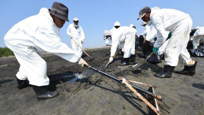 Pertamina Hulu Energi Offshore North Java (PHE-ONWJ) terus memperkuat personil dan peralatan untuk menangani pembersihan tumpahan minyak yang tidak tertangkap di laut dan lepas hingga ke pantai.