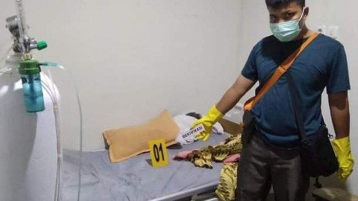 Personel Polres Kota Padang Sidempuan melakukan olah TKP dan mengidentifikasi korban, paska korban yang merupakan pasien melompat dari lantai 4 RSUD Kota Padang Sidempuan, Jumat (10/4/2020). Korban dirawat akibat mengeluh mengalami sakit sesak pada pernafasan.