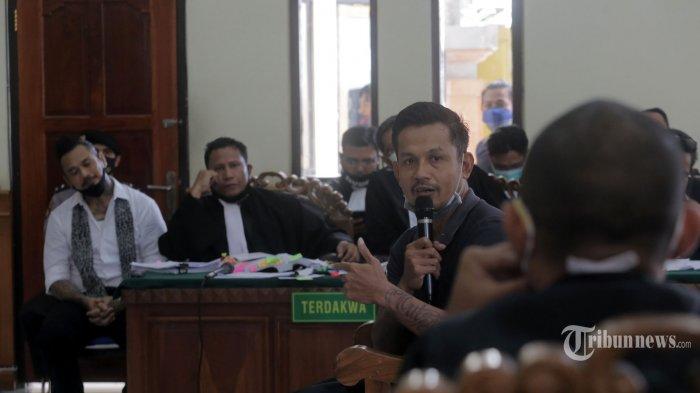 Saksi, I Made Putra Budi Sartika alias Bobby Kool, salah satu personel Superman Is Dead (SID), mengikuti sidang saksi meringankan kasus dugaan pencemaran nama baik dengan terdakwa I Gede Ari Astina alias Jerinx di Pengadilan Negeri Denpasar, Kota Denpasar, Bali, Selasa (20/10/2020). Dalam sidang tersebut juga dihadirkan tiga saksi lainnya, yakni I Made Eka Arsana alias Eka Rock (personel SID), Gusti Ayu Arianti, dan Nyoman Yudi Prasetya Jaya. Tribun Bali/Rizal Fanany