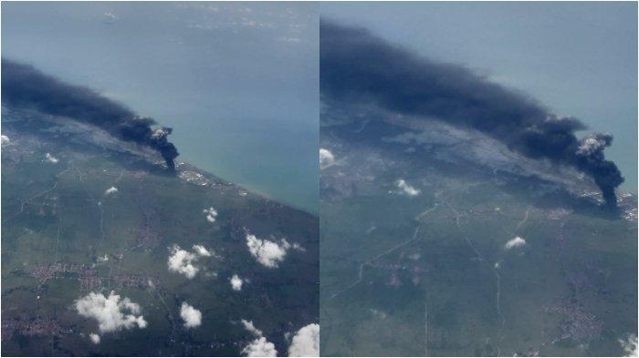 KEBAKARAN KILANG BALONGAN- Asap hitam membumbung di atas area kilang minyak Pertamina Balongan, Indramayu, Jawa Barat, terlihat dari kabin penumpang pesawat Batik Air ketika melintas di pesisir utara Pulau Jawa dalam penerbangan dari Bandara Soekarno-Hatta Tangerang menuju Bandara Adisoemarmo, Solo, Senin (29/3/2021), sekira pukul 12.34 WIB. (TRIBUNNEWS/VOVO SUSATIO)