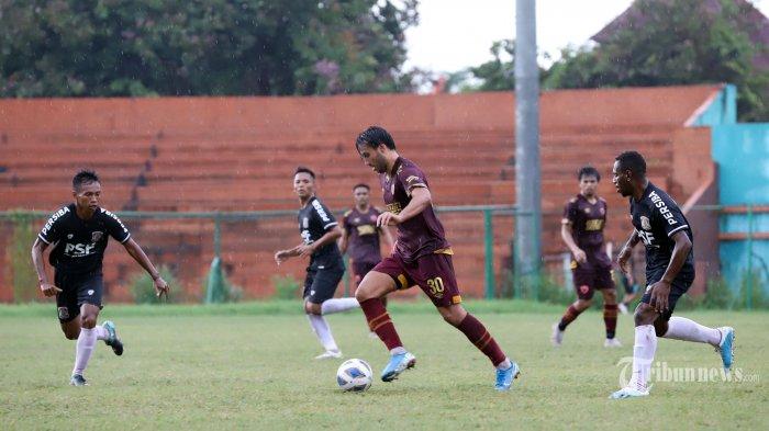 Pemain PSM Makassar mencoba melewati para pemain Persiba Balikpapan pada laga uji coba yang berlangsung di Stadion Mini, Cibinong, Kabupaten Bogor, Selasa (18/2/2020). Pada laga tersebut PSM Makassar ditahan imbang 2-2 oleh Persiba Balikpapan. Tribunnews/Jeprima