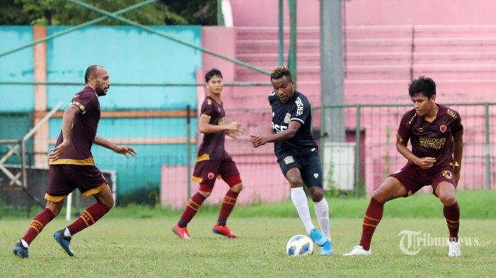 Pemain PSM Makassar saat berebut bola dengan pemain Persiba Balikpapan pada laga uji coba yang berlangsung di Stadion Mini, Cibinong, Kabupaten Bogor, Selasa (18/2/2020). Pada laga tersebut PSM Makassar ditahan imbang 2-2 oleh Persiba Balikpapan. Tribunnews/Jeprima