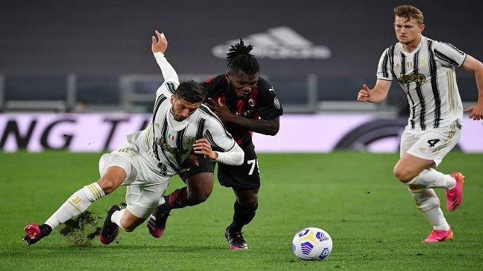 Gelandang Juventus Rodrigo Bentancur (kiri) dan gelandang Pantai Gading AC Milan Franck Kessie (tengah) mengejar bola selama pertandingan sepak bola Serie A Italia Juventus vs AC Milan pada 09 Mei 2021 di stadion Juventus di Turin.