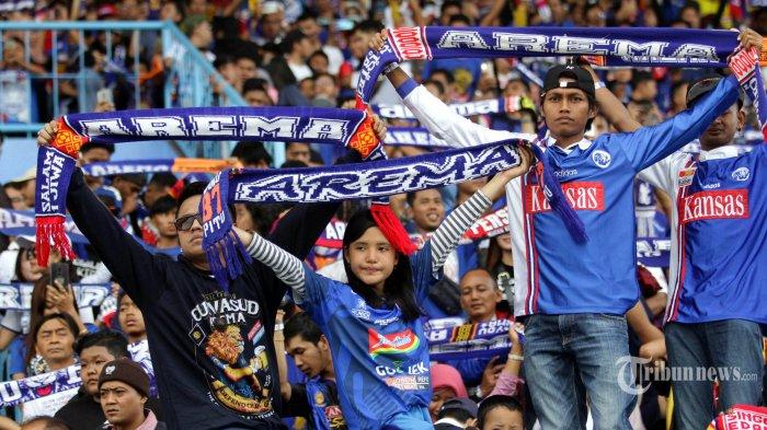 Aremania mendukung Arema FC melawan Persija dalam lanjutan Liga 1 di Stadion Kanjuruhan Kepanjen, Kabupaten Malang, Sabtu (23/11/2019). Arema FC ditahan imbang Persija Jalarta dengan skor 1-1.?SURYA/HAYU YUDHA PRABOWO