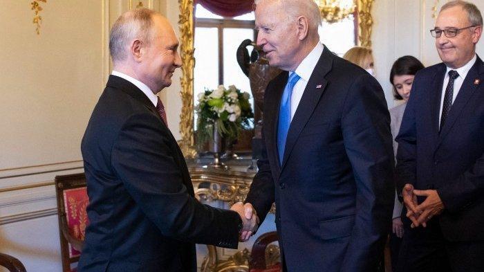 Presiden AS Joe Biden (tengah) berjabat tangan dengan Presiden Rusia Vladimir Putin (kiri) sebelum KTT AS-Rusia di Villa La Grange, di Jenewa pada 16 Juni 2021.