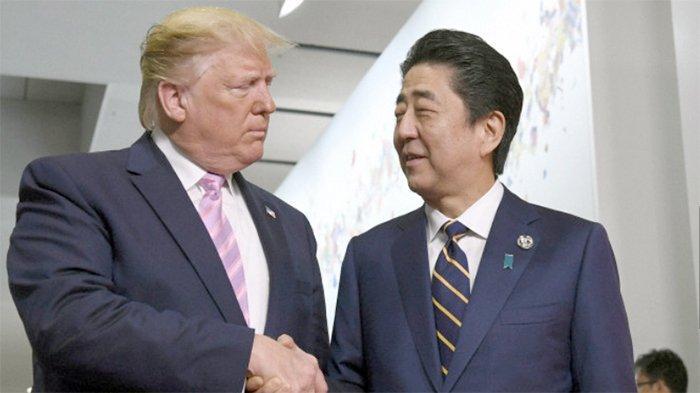 Presiden Amerika Serikat Donald Trump (kiri) dan PM Jepang Shinzo Abe (kanan) dalam pertemuan Jumat (28/6/2019) pagi.
