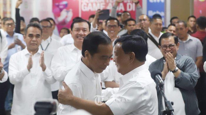Presiden Joko Widodo saat bertemu calon presiden Prabowo Subianto usai sama-sama mencoba kereta MRT di Stasiun MRT Senayan, Jakarta Pusat, Sabtu (13/7/2019). Dalam kesempatan tersebut Prabowo Subianto mengucapkan selamat kepada Joko Widodo yang ditetapkan sebagai calon presiden terpilih pada pemilihan presiden 2019. Tribunnews/Jeprima