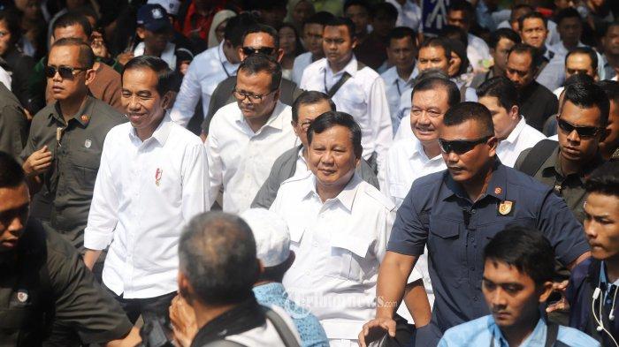 Presiden Joko Widodo berjalan bersama calon presiden Prabowo Subianto usai mencoba kereta MRT di Stasiun MRT Senayan, Jakarta Pusat, Sabtu (13/7/2019). Dalam kesempatan tersebut Prabowo Subianto mengucapkan selamat kepada Joko Widodo yang ditetapkan sebagai calon presiden terpilih pada pemilihan presiden 2019. Tribunnews/Jeprima