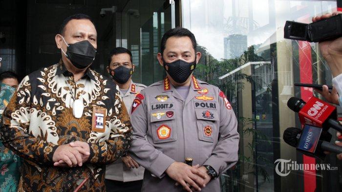 Ketua KPK Firli Bahuri bersama Kapolri Jenderal Pol Listyo Sigit Prabowo memberikan keterangan usai pertemuan tertutup di Gedung KPK, Jakarta, Selasa (9/2/2021). Pertemuan tersebut membahas sinergi antara KPK dengan Polri dalam pemberantasan korupsi. TRIBUNNEWS/IRWAN RISMAWAN