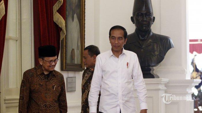 Presiden Joko Widodo (kanan) menyambut Presiden ketiga RI BJ Habibie (kiri) di Istana Merdeka, Jakarta, Jumat (24/5/2019). Dalam pertemuan tersebut BJ Habibie mengucapkan selamat atas terpilihnya kembali Presiden Joko Widodo untuk periode 2019-2024 berdasarkan hasil rekapitulasi KPU, serta berpesan agar proses pemilu tidak membuat bangsa pecah dan menghambat pembangunan. TRIBUNNEWS/IRWAN RISMAWAN