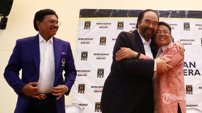 Ketua Umum Partai Nasdem Surya Paloh (kiri) berpelukan dengan Presiden PKS Sohibul Iman (kanan) usai mengadakan pertemuan di Kantor DPP PKS, Jakarta, Rabu (30/10/2019). Pertemuan tersebut dalam rangka silaturahmi kebangsaan dan saling menjajaki untuk menyamakan pandangan tentang kehidupan bermasyarakat, berbangsa dan bernegara. TRIBUNNEWS/IRWAN RISMAWAN