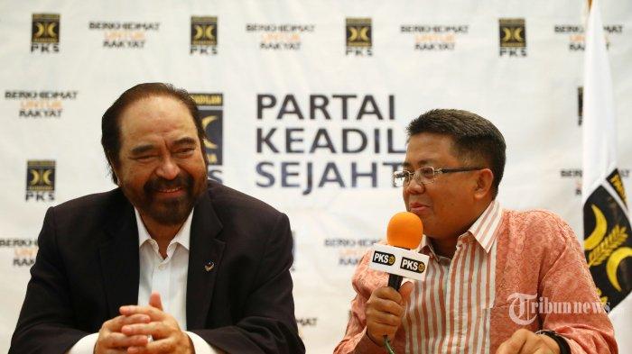 Ketua Umum Partai Nasdem Surya Paloh (kiri) bersama Presiden PKS Sohibul Iman (kanan) memberikan keterangan kepada wartawan usai mengadakan pertemuan di Kantor DPP PKS, Jakarta, Rabu (30/10/2019). Pertemuan tersebut dalam rangka silaturahmi kebangsaan dan saling menjajaki untuk menyamakan pandangan tentang kehidupan bermasyarakat, berbangsa dan bernegara. TRIBUNNEWS/IRWAN RISMAWAN