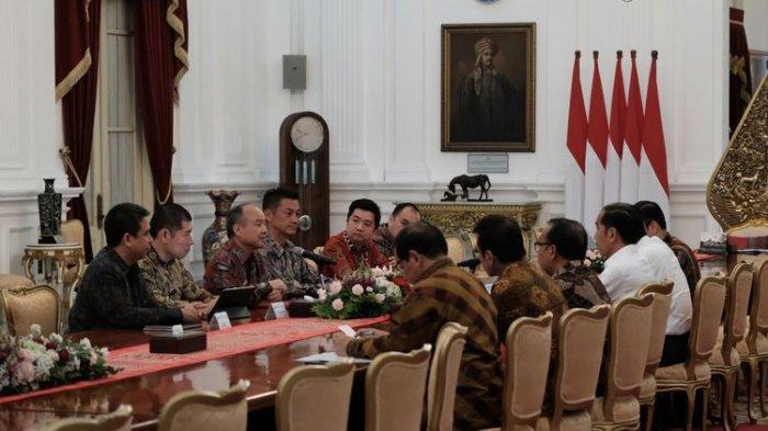 Pertemuan Antara Presiden Republik Indonesia, Joko Widodo; Masayoshi Son, Chairman dan CEO of Softbank; Anthony Tan, CEO of Grab; Ridzki Kramadibrata, President of Grab Indonesia di Istana Merdeka, Senin (29/7/2019)