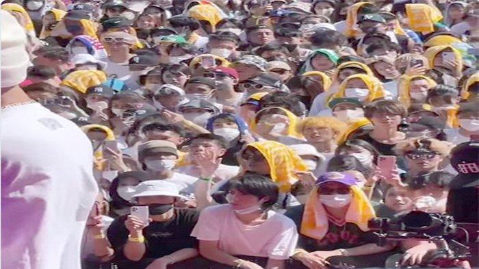 Pertunjukan Live Band (Rock) di Centrair Tokoname-shi, Aichi dengan sekitar 5.000 pengunjung umumnya melepas masker dapat kritikan banyak dari masyarakat Jepang, Minggu (29/8/2021).