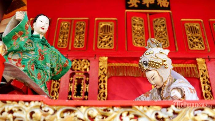 Sejumlah warga terlihat asyik menukmati perunjukan wayang potehi di halaman Klenteng Tay Kak Sie Semarang, Jawa Tengah, Rabu (19/6). Wayang Potehi merupakan salah satu jenis wayang khas Tionghoa yang berasal dari Tiongkok bagian selatan. Kesenian ini dibawa oleh perantau etnis Tionghoa ke berbagai wilayah Nusantara pada masa lampau dan telah menjadi salah satu jenis kesenian tradisional Indonesia. Menurut sejarah, diperkirakan jenis kesenian ini sudah ada pada masa Dinasti Jin (265 - 420 Masehi) dan berkembang pada dinasti Song (960 - 1279 M) dan masuk Indonesia sekitar abad ke-16 sampai 19. Dulunya Wayang Potehi hanya memainkan lakon lakon yang berasal dari kisah klasik Tiongkok seperti legenda legenda dinasti-dinasti yang ada di Tiongkok, terutama jika dimainkan di kelenteng. Seiring dengan perkembangan zaman, wayang inipun kemudia juga dimainkan dalam bahasa Indonesia sehingga penonton non-Tionghoa pun bisa menikmati cerita yang dimainkan dengan bahasa Indonesia.Bagi warga masyarakat semarang yang ingin melihat atraksi Wayang Potehi bisa datang langsung di Klenteng Tay kak Sie Semarang. Dalam pertunjukan ini menceritakan tentang Lo Thong Shou Pak dari Dinasti Tong Tiauw. Untuk pertunjukan sendiri di mulai pukul 15.00 sampai 17.00 dan pukul 19.00 sampai dengan pukul 21.00 WIB. (Tribun Jateng/Hermawan Handaka)