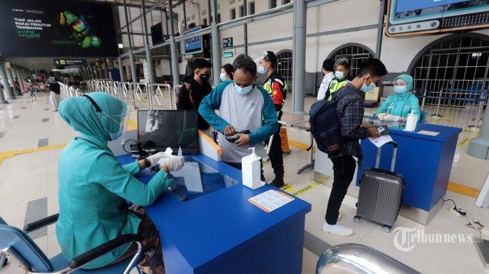 Suasana Stasiun Pasar Senen, Jakarta Pusat, menjelang libur Imlek, Kamis (11/2/2021). Kementerian Perhubungan menerbitkan Surat Edaran soal syarat perjalanan baru di masa pandemi Covid-19 selama libur Imlek 12-14 Februari 2021, syarat tes Covid-19 yaitu test RT-PCR, rapid test antigen, ataupun tes GeNose C19 hanya berlaku untuk sehari atau 1x24 jam. Tribunnews/Herudin