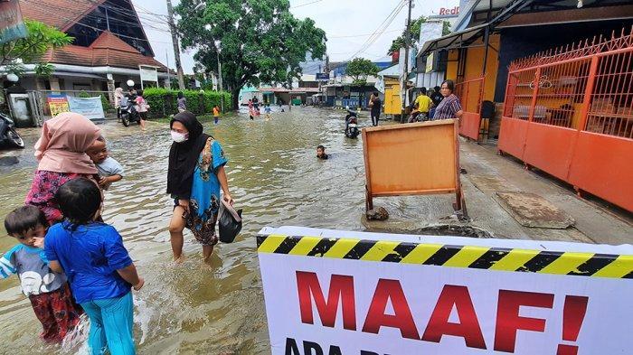 Banjir Kembali Genangi Perumahan Taman Duta Depok, Anak-anak Asik Berenang