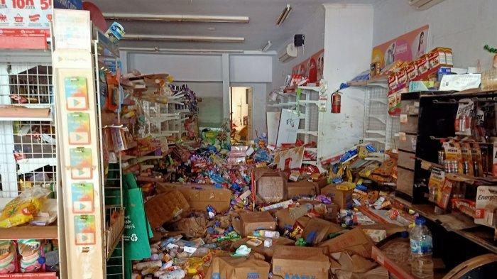 Barang hancur gerai minmarket di Perumahan Vila Jatirasa, Kota Bekasi. Pasca banjir surut pada Kamis (2/1/2020) pagi,