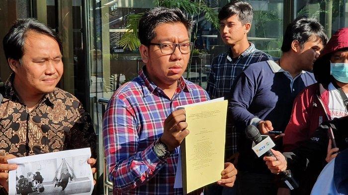 Perwakilan koalisi masyarakat antikorupsi Kurnia Ramadhana usai laporkan Yasonna Laoly di Gedung Merah Putih KPK, Jakarta Selatan, Kamis (23/1/2020).