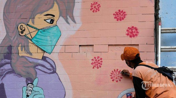 Petugas Penanganan Prasarana dan Sarana Umum (PPSU) membuat mural melawan Covid-19 di Terowongan Cawang, Kelurahan Cikoko, Jakarta Selatan, Minggu (25/7/2021). Pemerintah terus berkampanye melalui pesan mural untuk mengingatkan kepada masyarakat agar saling menjaga diri dan kesehatan dari penyebaran virus Covid-19, saat ini masih dalam Pemberlakuan Pembatasan Kegiatan Masyarakat (PPKM) Level 4. Tribunnews/Irwan Rismawan