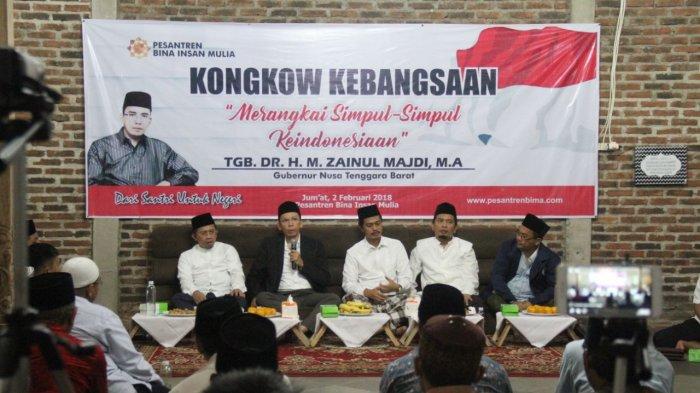 Tuan Guru Bajang (TGB) bersama KH. Imam Jazuli, Lc., MA, selaku Pengasuh Pesantren Bina Insan Mulia dan para narasumber di acara diskusi merangkai simpul-simpul Indonesia di Cirebon.