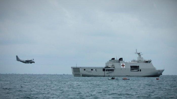 Penampakan Pesawat CN-235 MPA milik TNI AL yang digunakan untuk mendeteksi lokasi jatuhnya pesawat Sriwijaya Air SJ 182 dari udara. Di dekatnya terlihat KRI Semarang 594 di laut Kepulauan Seribu pada Kamis (14/1/2021).