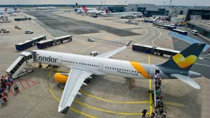 Pesawat Condor Airlines yang menaikkan penumpang di Denver AS setelah menurunkan wanita pemilik kucing mengancam akan menjatuhkan pesawat.
