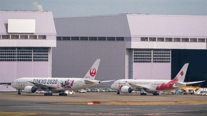 Pesawat Khusus Pembawa Obor Olimpiade 2020 Tiba di Bandara Haneda Tokyo Jepang
