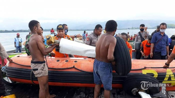 Tim SAR beserta warga sekitar Danau Sentani mengevakuasi korban dan bangkai pesawat MAF PK-MEC yang jatuh di Danau Sentani, Kabupaten Jayapura, Papua, Selasa (12/5/2020). Sebuah pesawat milik Mission Aviation Fellowship (MAF) jenis Cesna dengan nomor registrasi K100 PK-MEC jatuh di Danau Sentani, Kabupaten Jayapura, Papua, beberapa saat setelah lepas landas dari Bandara Sentani pada Selasa pagi sekitar pukul 06.30 WIT. Pesawat yang hendak menuju Distrik Mamit, Kabupaten Tolikara, wilayah Pegunungan Papua dengan membawa sembako tersebut diterbangkan oleh seorang pilot berkebangsaan Amerika Serikat bernama Joice Lin. Korban berhasil ditemukan di kedalam 13 meter dalam kondisi meninggal dunia. Tribunnews/Banjir Ambarita (Tribunnews/Banjir Ambarita)