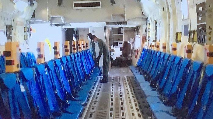 Bagian dalam tempat duduk pesawat pengungsian C-2 yang dipakai berangkat ke Afghanistan, Senin (23/8/2021).