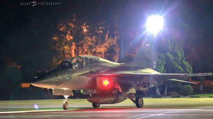 Salah satu pesawat Tempur TNI AU saat melakukan kegiatan terbang malam. Sandriani Permani (via Dispen AU)